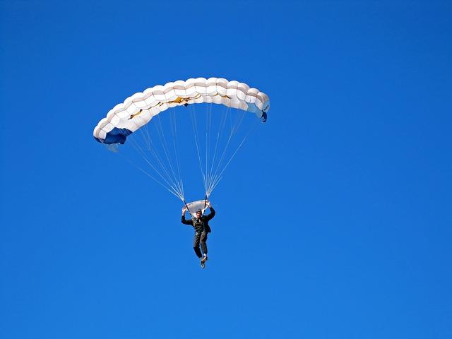 parachutist-2479220_640